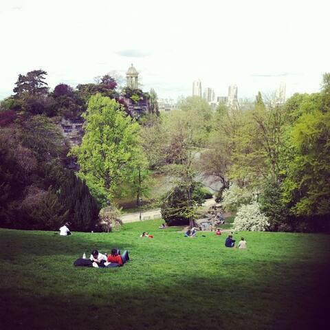 Le Parc des Buttes Chaumont est situé à 5 minutes à pied. Il propose une vue magnifique sur Paris. C'est parfait en été pour picniquer.