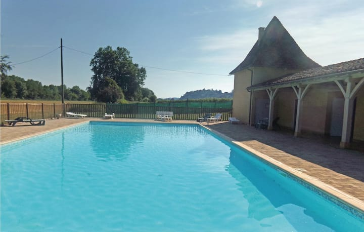 Stunning home in Limeuil with Outdoor swimming pool and 2 Bedrooms