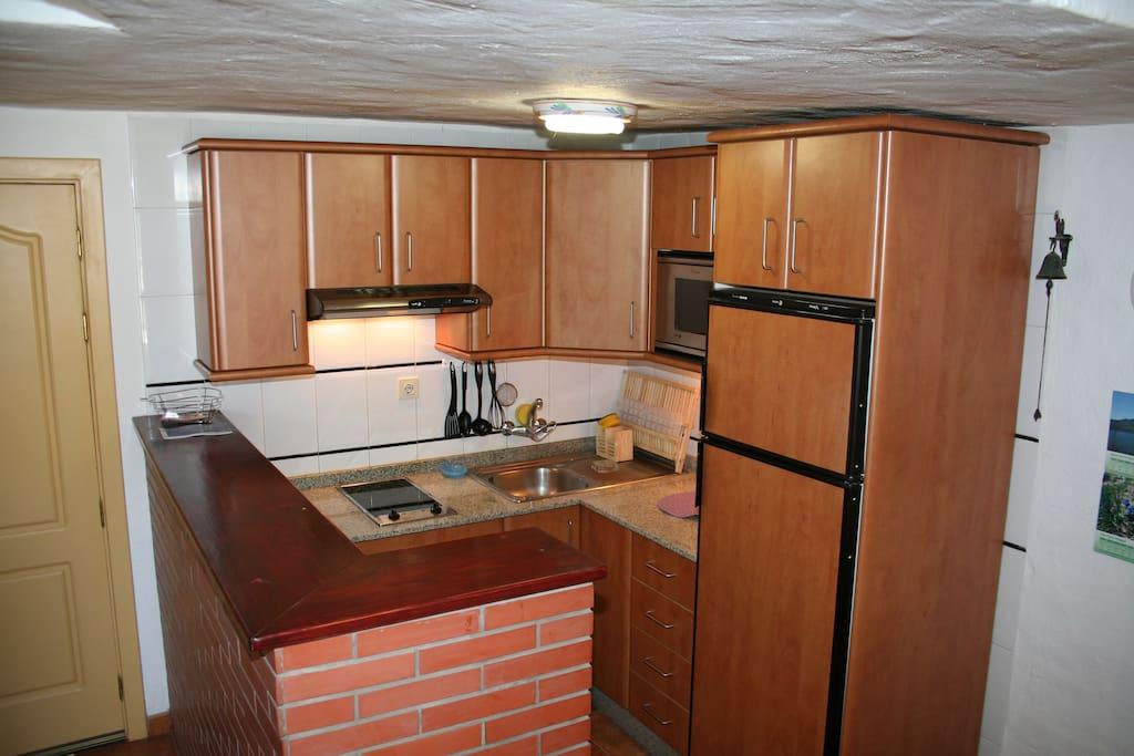 Gut ausgestattete Küche, grosser Kühlschrank, separates Tiefkühlfach