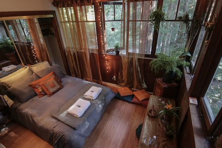 Cozy 1-BD Redwood Treehouse Retreat - House