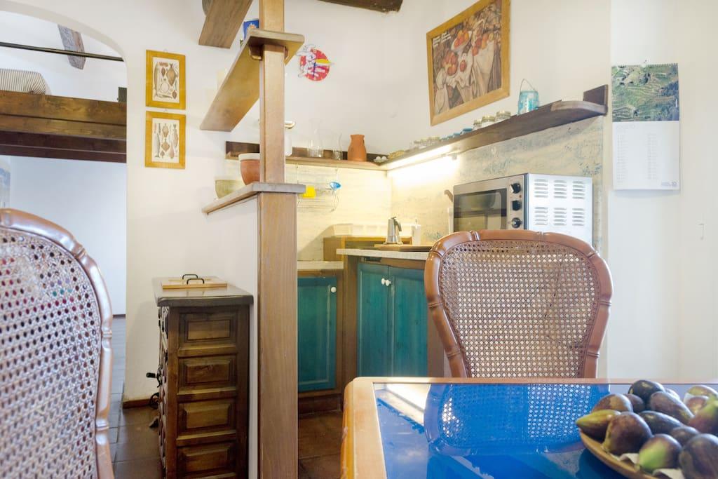 Soggiorno con angolo cottura/Living room with kitchenette