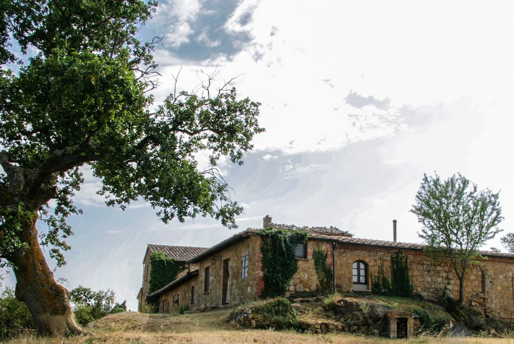 The studio apartment is located in the corner of the old cottage called Lucignanello