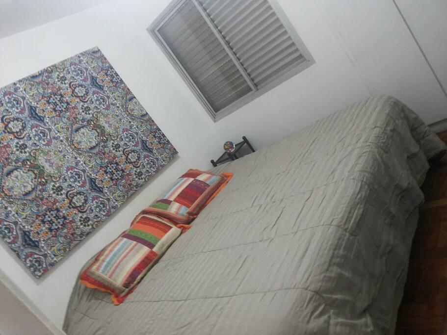 Quarto com cama king size e TV de 42 polegadas que pode ser deslocada da sala