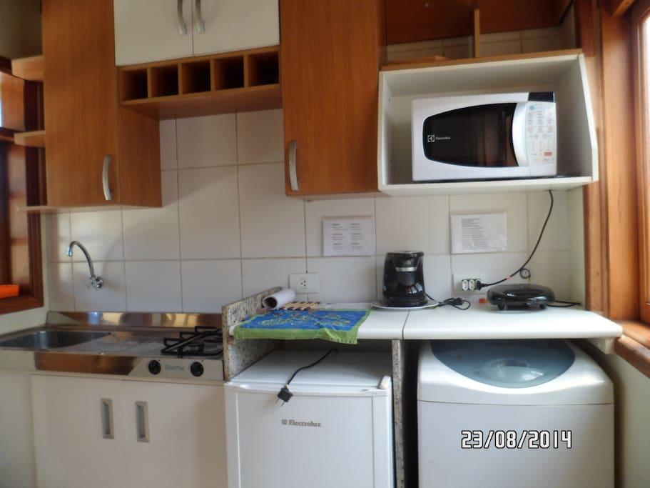 Cozinha completa, inclusive com máquina de lavar roupa.