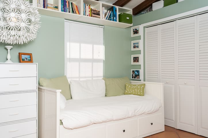 Private bedroom with private bath - Biscayne Park - House