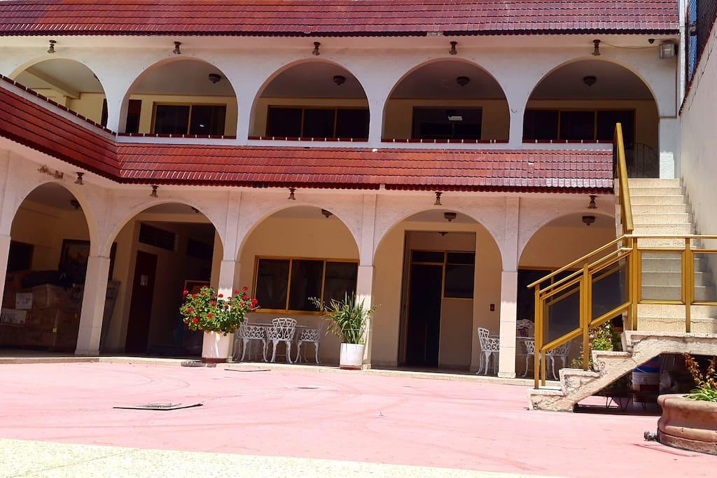Estancia, habitaciones en ambos pisos.