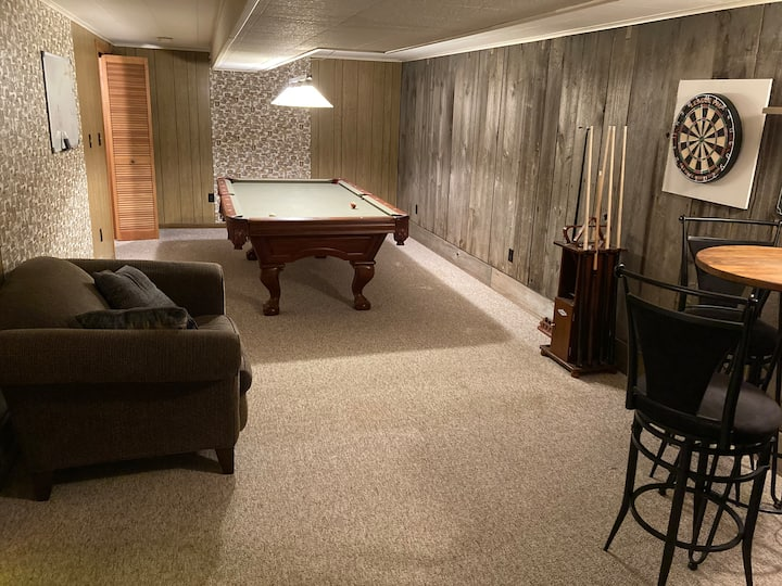 Large Private Basement Suite & Private Entrance