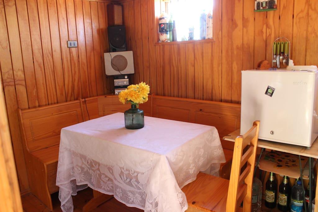 Comedor, incluye frigobar, mesa y sillas