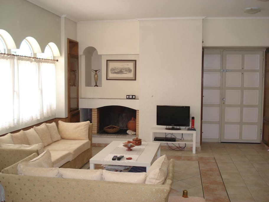 The sitting room (fire place, tv & dvd, main entry)