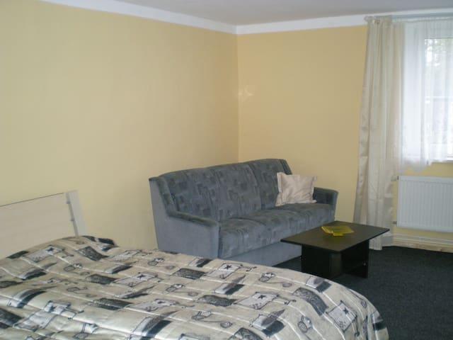 Das Schlafzimmer mit Doppelbett und Schlafcouch