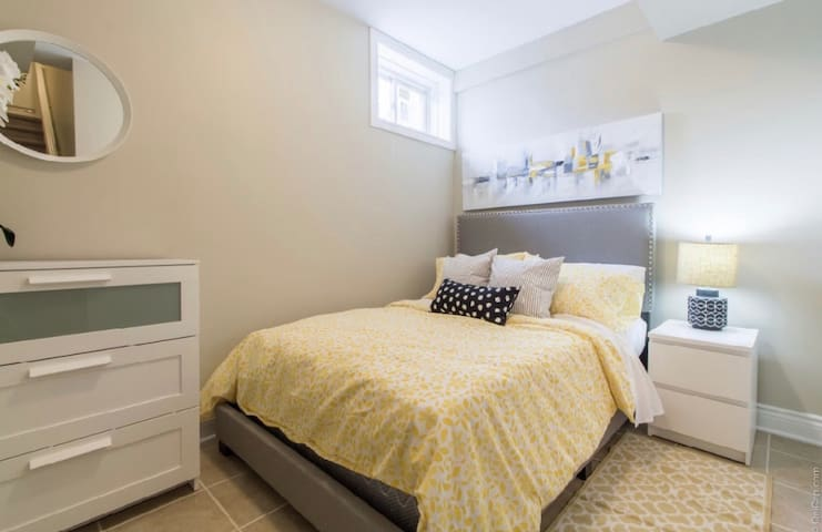 Cozy Downtown Crash Pad- Centretown