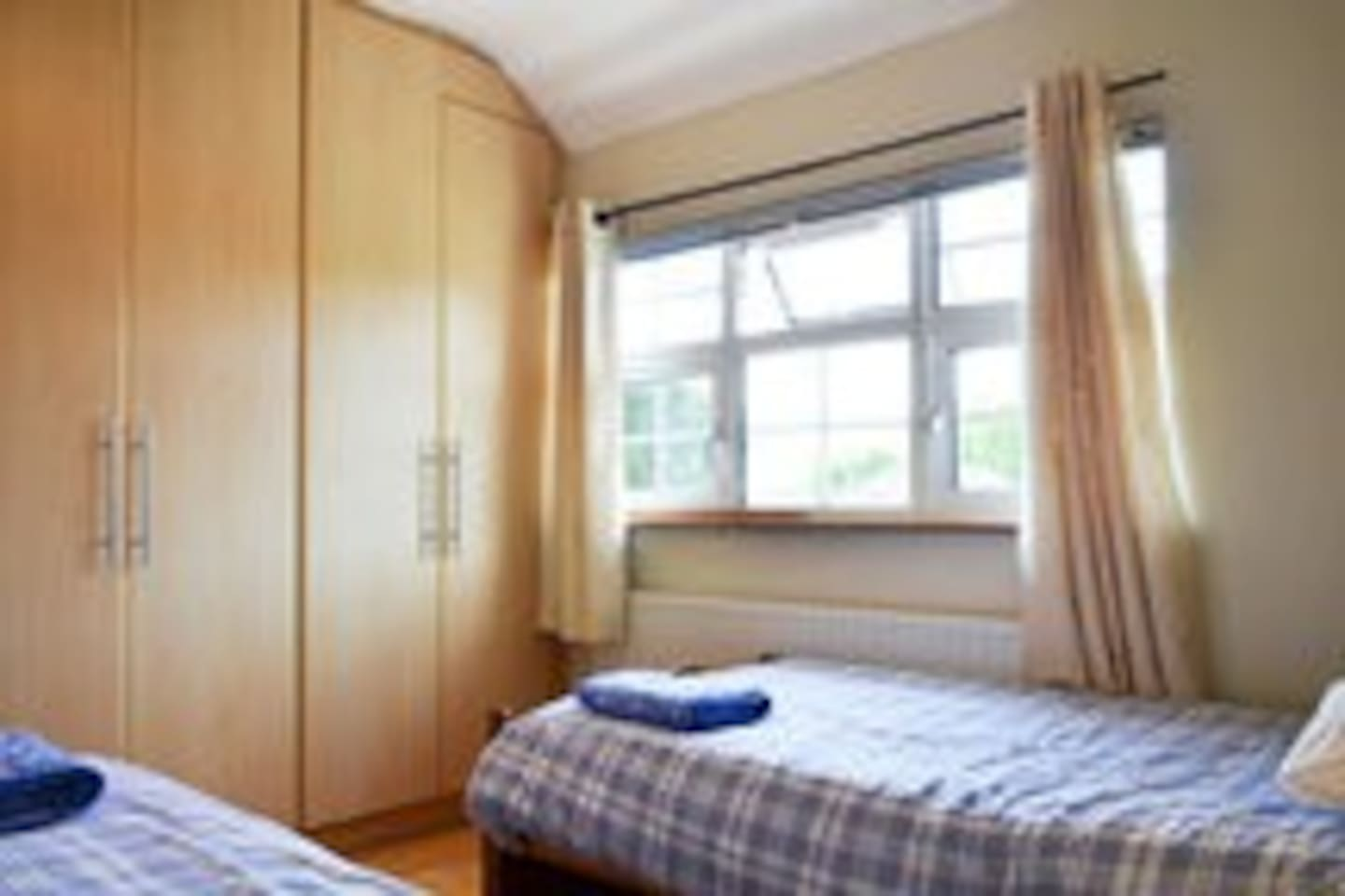 Twin bedroom with 2 single beds - 3ft wide.