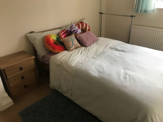 Cosy double bedroom, access to bath and kitchen
