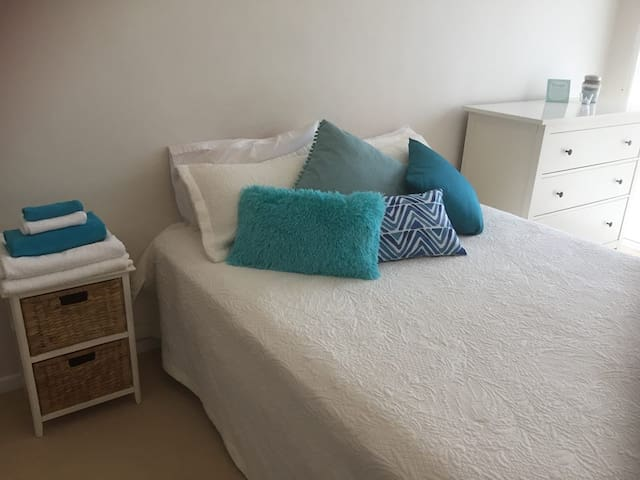 MOOLOOLABA BEACH-PRIVATE ROOM