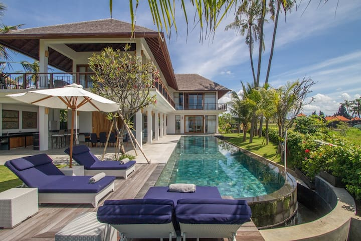 Beachfront, Exceptional Surfers & Family Paradise