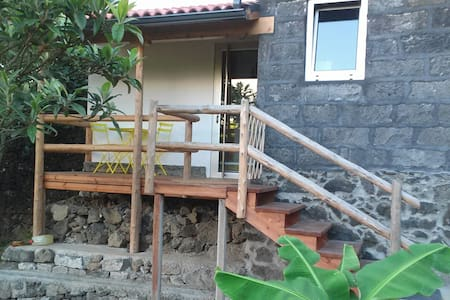 Romantic and relaxing stone cottage in small farm - Rabo de Peixe - 独立屋