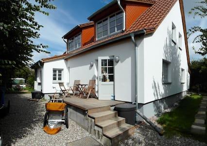 Ferienwohnungen Hügelhus EG & DG - Hiddensee - Wohnung
