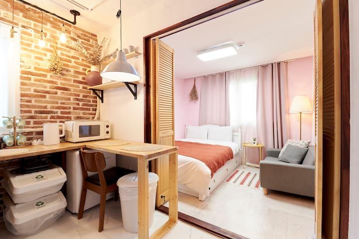 [HongDae] 2min from Hongik Univ Stn, Cozy house!
