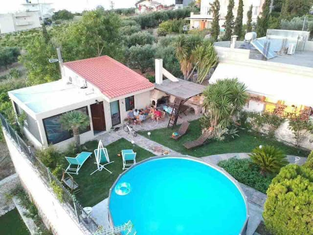 House with pool.8 km to airport & 3km to Knossos