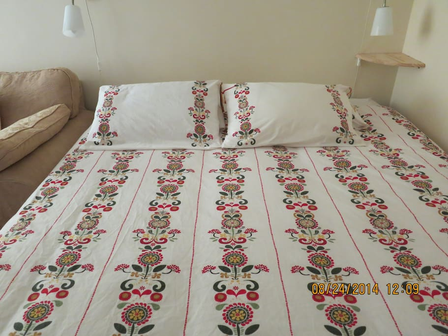 Super king bed and 4 pillows