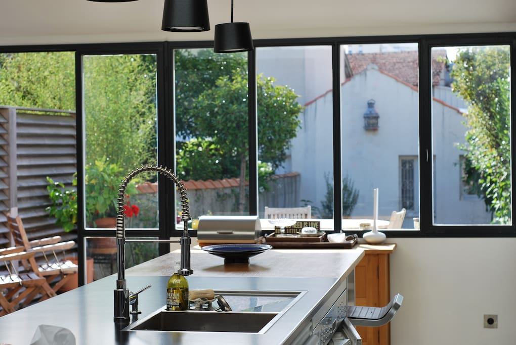 Vue sur la terrace, le jardin et le garage