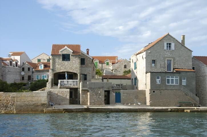 beautiful stone house on the island - Prvić - Casa