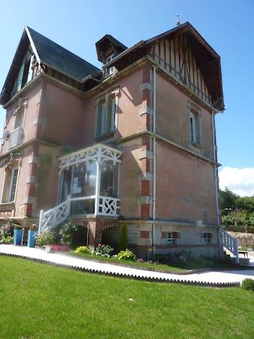 La Biscoutie :Chambre de charme - Arromanches-les-Bains - Aamiaismajoitus
