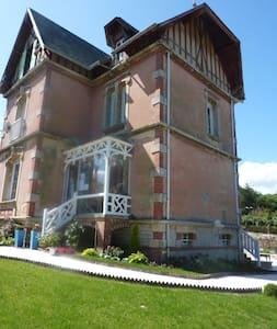 La Biscoutie :Chambre de charme - Arromanches-les-Bains - Гестхаус