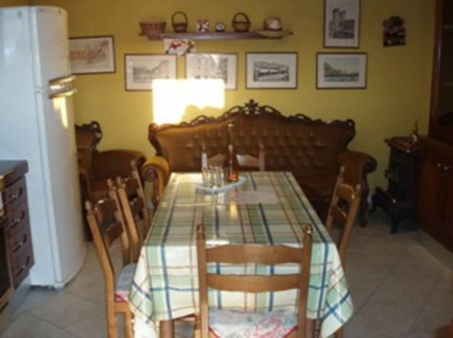 Cucina completa + salotto.
