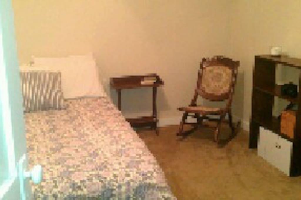 Main bedroom, queen bed (new)