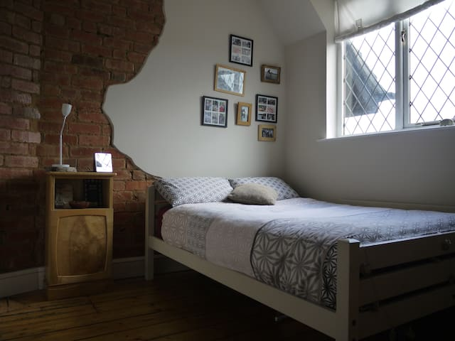 Spacious double room. located just off M6&M69 - Bulkington - House