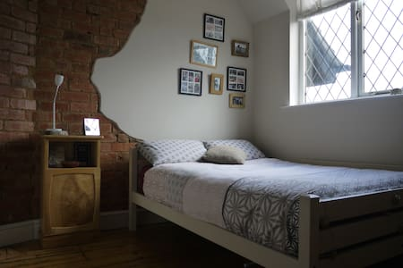 Spacious double room. located just off M6&M69 - Bulkington - 獨棟
