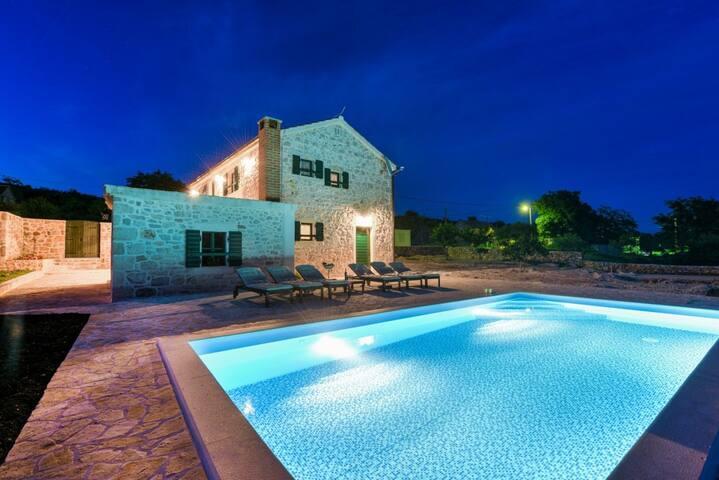 Beautiful stone villa with swimming pool - วิลล่า