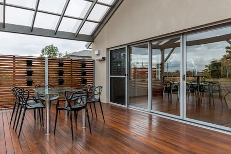 15min Melbourne airport, tram city, Elegant home. - Haus