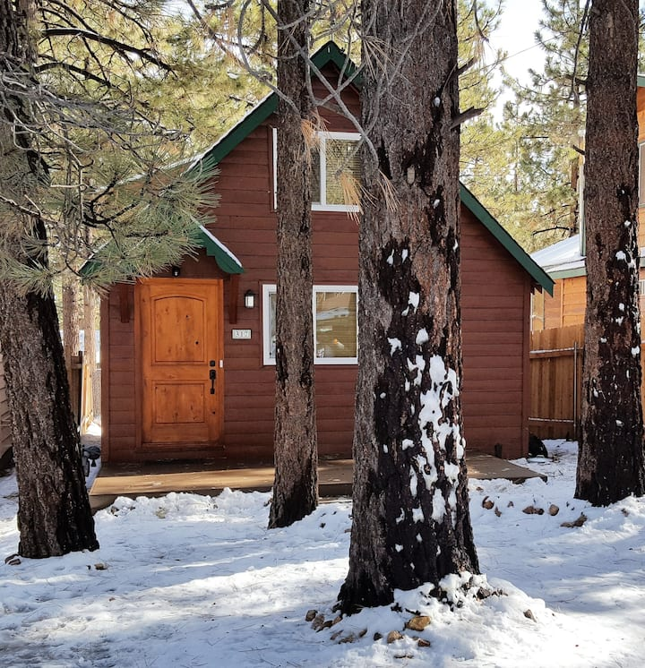 Clean Getaway, Big Bear warm and cozy cabin stay.