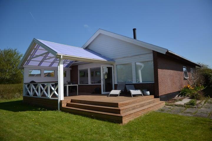 Nyrenoveret bolig, med stor sol terrasse