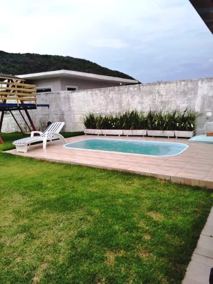 Casa de praia com piscina na pinheira
