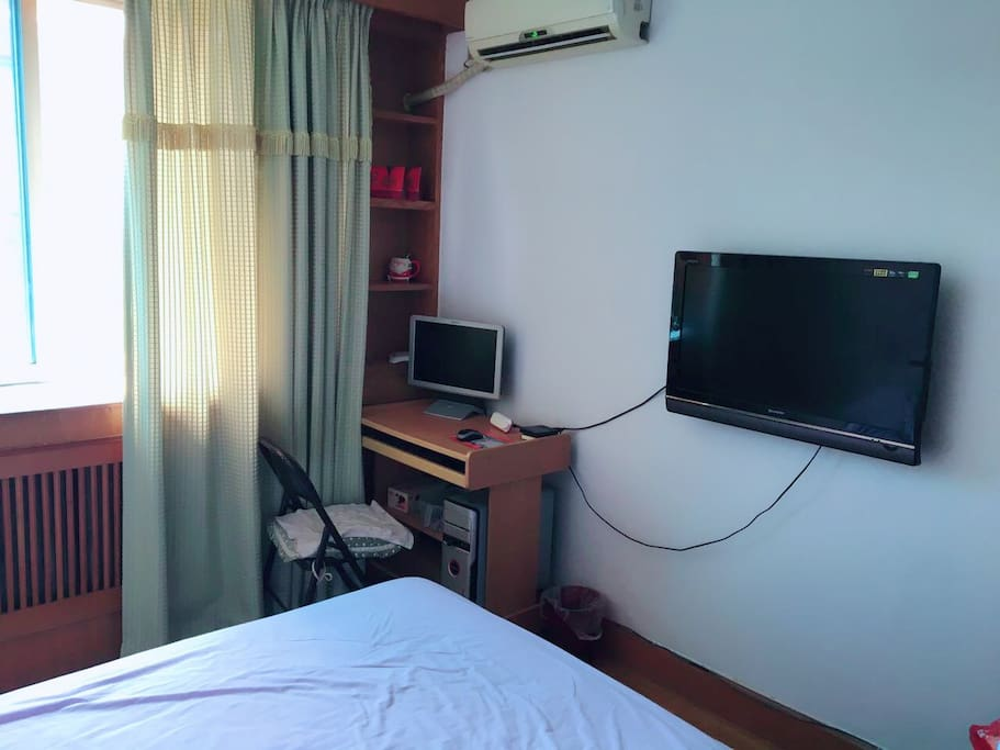 主卧舒适的大床,明亮的玻璃,壁挂式电视,电脑……全都免费使用,属于同样爱旅行,爱生活的你! Enjoy your trip in Dalian!