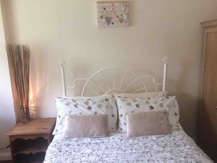 Double bed, wardrobe, close to Uni/ City. Detached