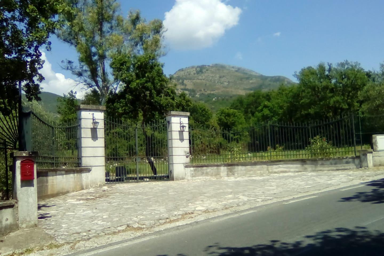 Il cancello sulla strada.