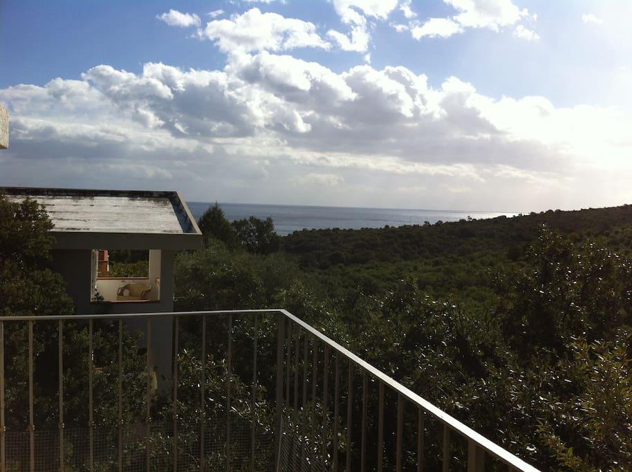 La vue de la terrasse....la colline à coté et la mer au fond....