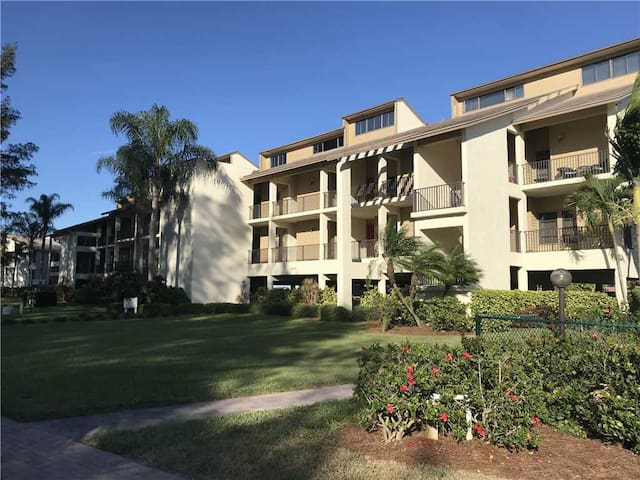 Mariners Cove #824: 4 BR / 3 BA Condo in Cortez by RVA, Sleeps 9