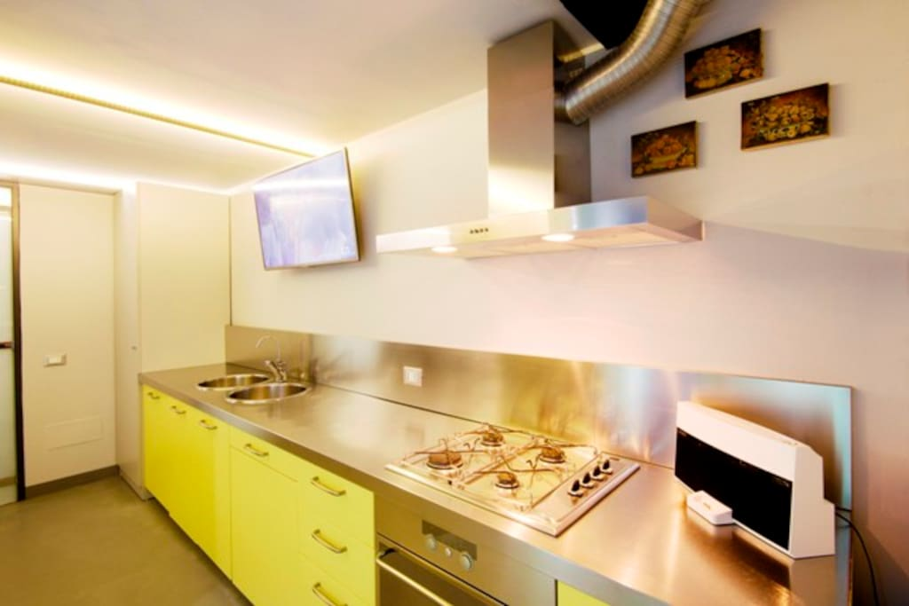 Cucina attrezzata con tv set. Fully equipped kitchen with TV set