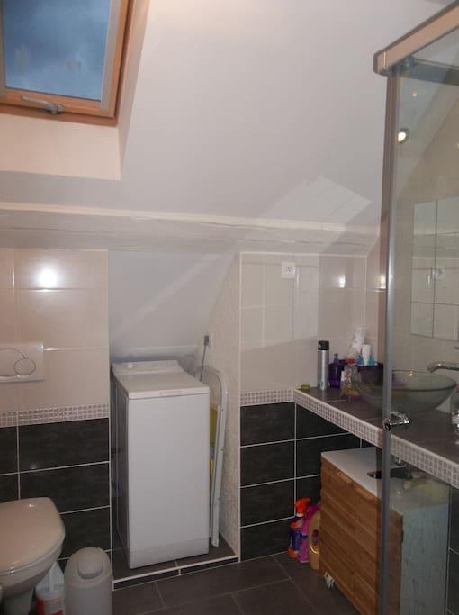 Douche 80*80, lave linge, wc et fenêtre.