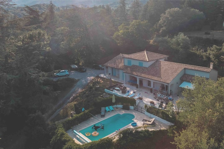 Beautiful villa with 6 bedrooms and heated pool