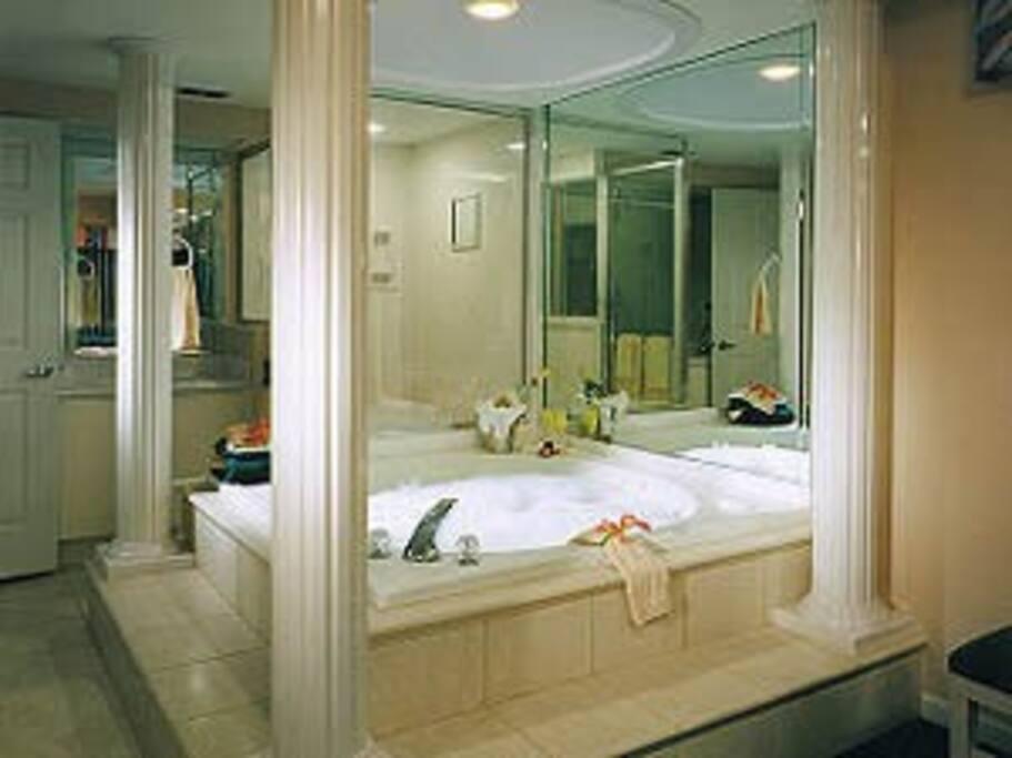 banheira de hidromassagem separada do banheiro e chuveiro