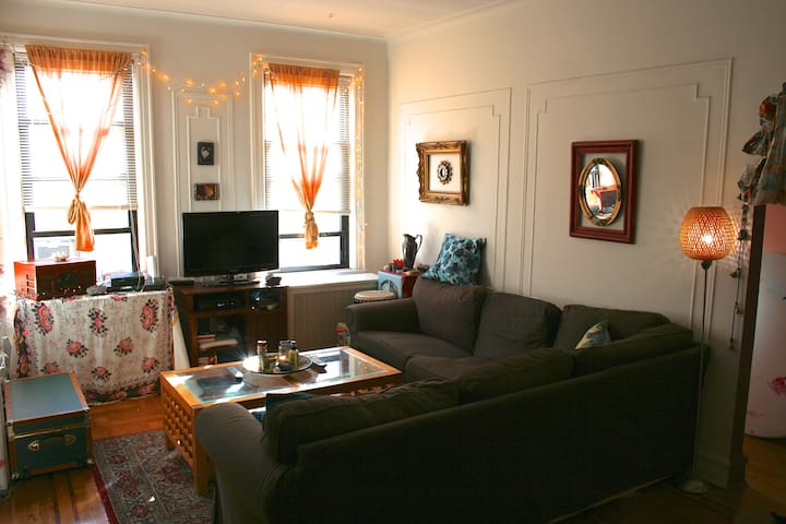 Comfy room minutes from manhattan apartments for rent for Aki kitchen cabinets astoria ny