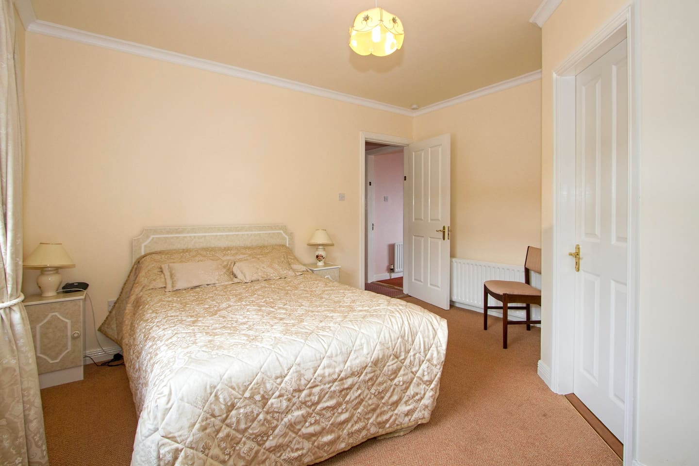 Large double bed room with en-suite for 2 adults.