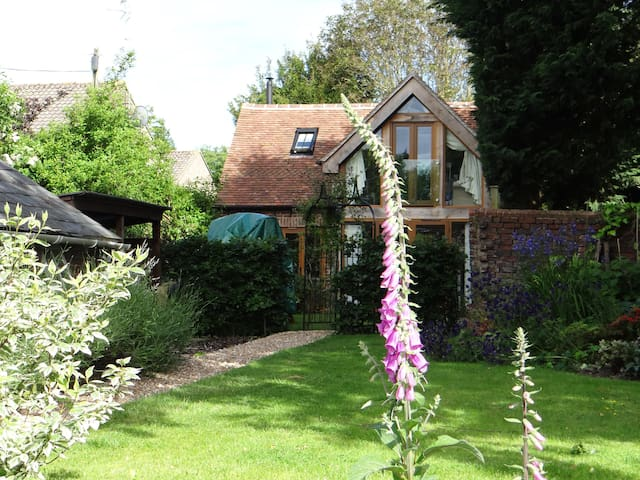 Pretty self contained cottage in private garden
