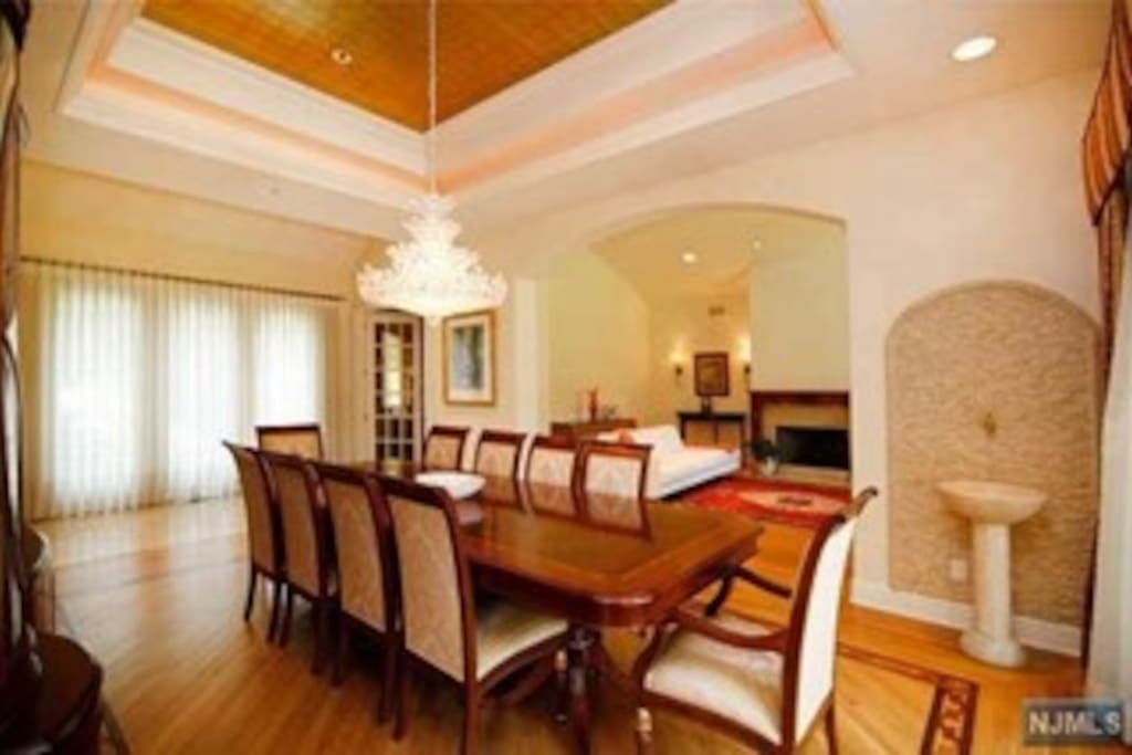 formal dining room, 14 ft ceiling